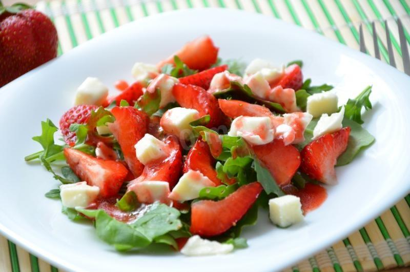 Салат з руколою та полуницею