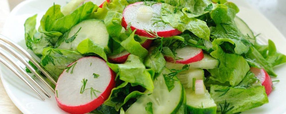 Салат з молодої капусти і редиски на Трійцю