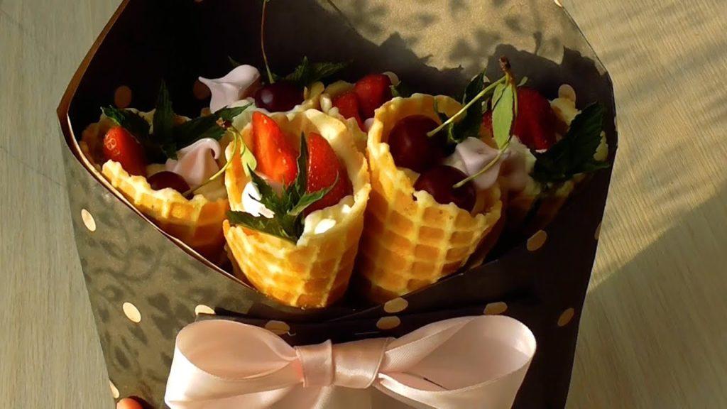 Ріжки з фруктовим салатом